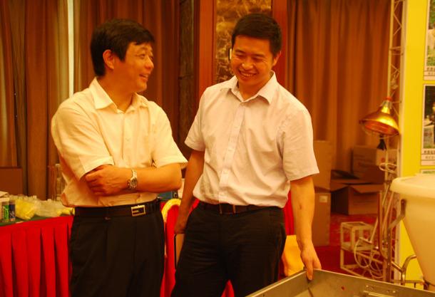 王书龙主任与薛永钦总经理交流福建诚多公司的设备在猪场的使用情况