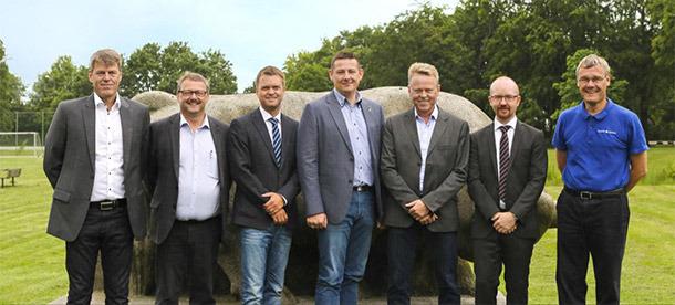 丹麦农场的会议成员(从左到右):Claus Brandt, 总经理, 丹麦慧星公司; Niels Otto Damholt, 销售总监, 哈姆雷特蛋白质; Thomas O. Hansen, 全球客户总监, SKOV; Eric C. O. Wanscher, 副校长, 丹麦农学院; Bjarne K. Pedersen, 总经理, 丹麦农场设计公司; Thomas Muurmann Henriksen, 首席执行官, 丹育国际; Søren Bank, 首席商务官, 哈姆雷特蛋白质。