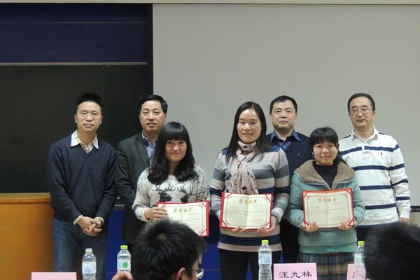 彭英霞(前排中)、韩华(前排左一)领取优秀校外指导教师证书