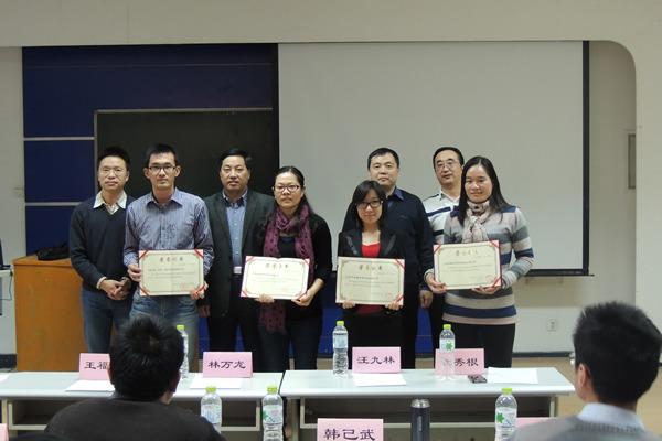 彭英霞(右一)代表公司领取优秀校外实践教学科研基地证书