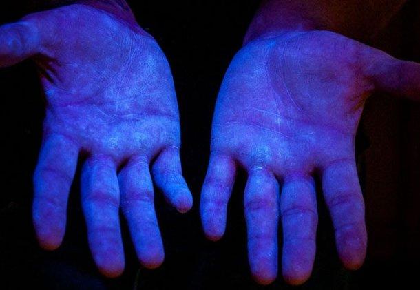 图6.紫外线下的荧光材料,以显示人手的覆盖范围。 来源www.glogerm.com