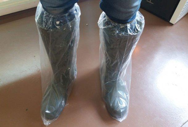 图1.塑料靴有助于防止鞋类交叉污染。