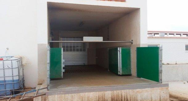 图6.半封闭式装载斜槽,配有门和水平杆,用于物理分离净区和脏区。