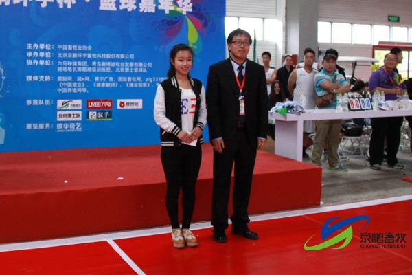 中国畜牧业协会会展部主任刘文涛为篮球宝贝领队颁发最美篮球宝贝奖