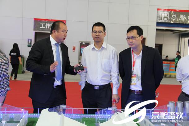 大北农创始人邵根伙博士、副总裁易敢峰博士莅临京鹏环宇畜牧展位